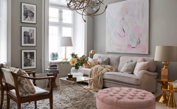 Sala com decoração de outono e móveis em detalhes