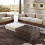 sala planejada com sofás de madeira